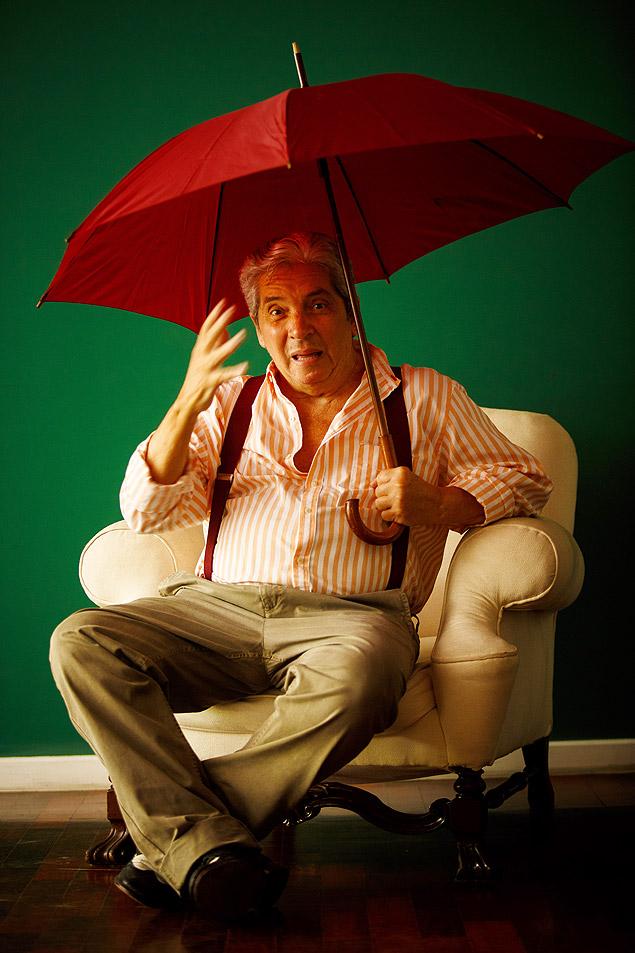 O cineasta, com Parkinson há 14 anos, nos recebeu em seu apartamento, no Rio (Daniel Marenco/ Folhapress)