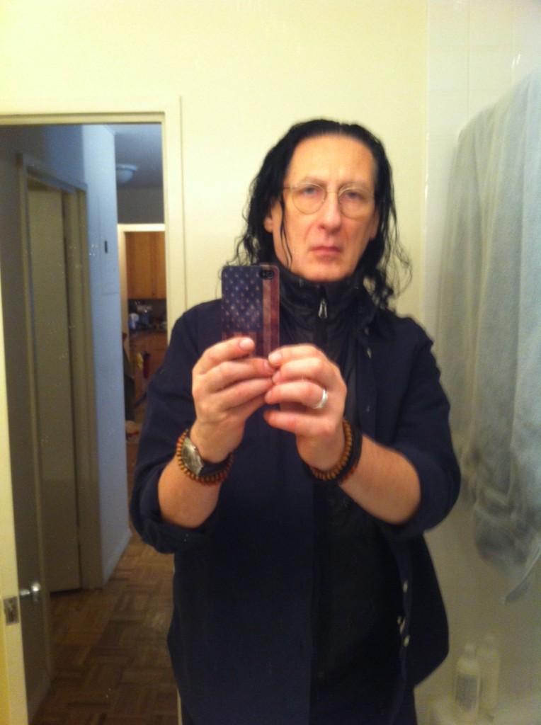 Selfie do Gerald, feita em seu apartamento, em Nova York